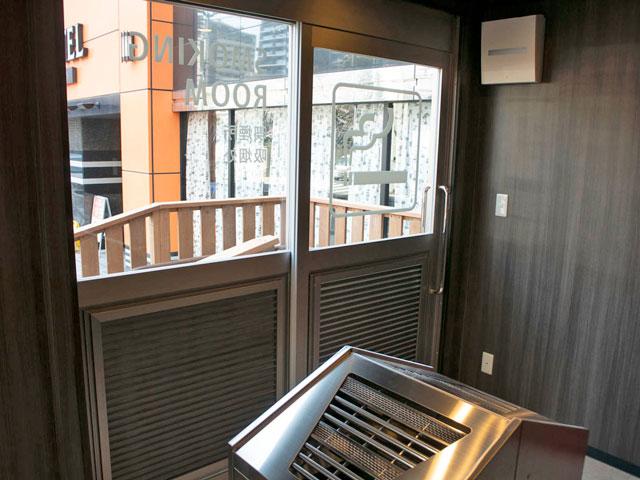喫煙用トレーラーハウス設置例5